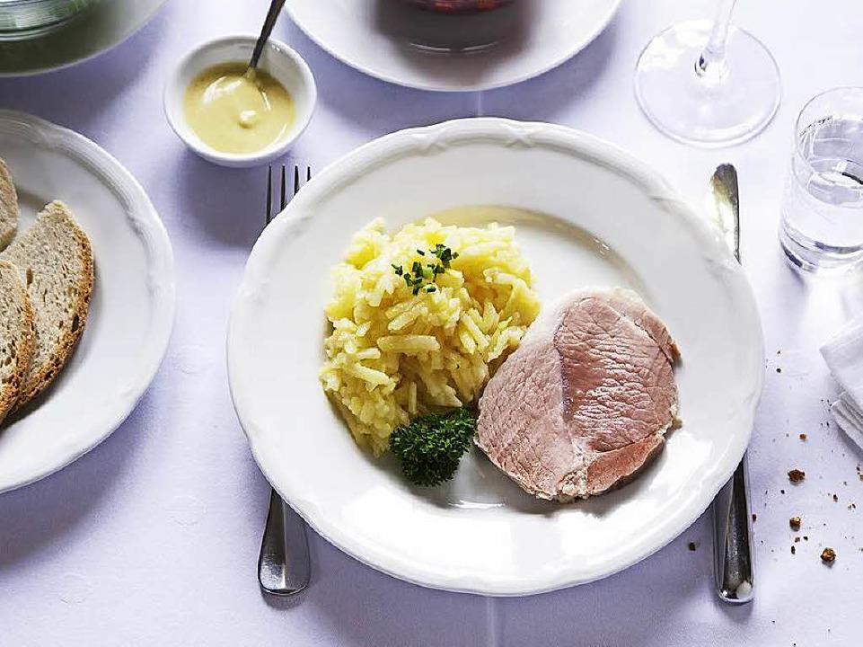 Schäufele mit Kartoffelsalat, grünem und Rote-Bete-Salat  | Foto: Michael Wissing