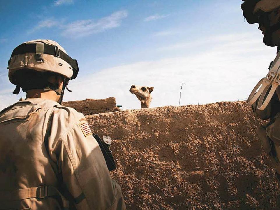 Wer beobachtet wen? US-Soldat in der S...he  der syrischen  Grenze. Irak 2005.   | Foto: bangert
