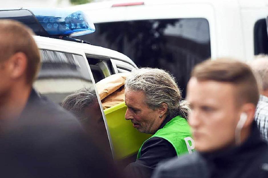 Die Polizei sichert Beweise aus einer Wohnung in der Dachauer Straße in München. (Foto: dpa)