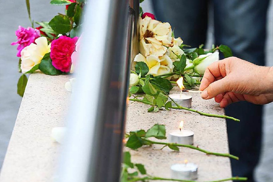Kerzen erinnern an die Opfer der Schießerei von Freitagabend. (Foto: dpa)