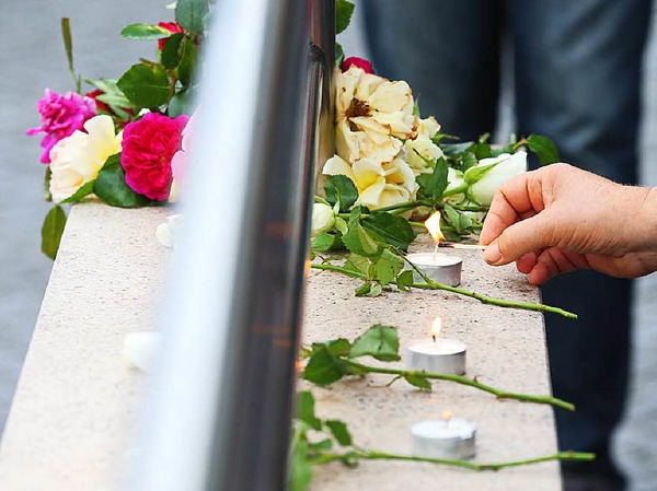 Kerzen erinnern an die Opfer der Schießerei von Freitagabend.