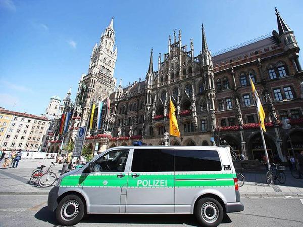 Polizeipräsenz am Marienplatz mit dem Münchener Rathaus...