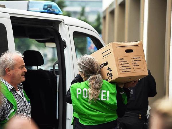 Die Polizei sichert Beweise aus einer Wohnung in der Dachauer Straße in München.