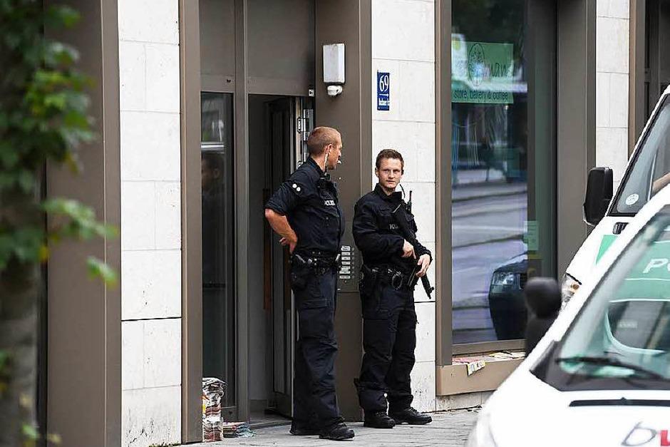 Die Polizei sichert am Samstag Beweise aus diesem Gebäude an der Dachauer Straße. (Foto: dpa)