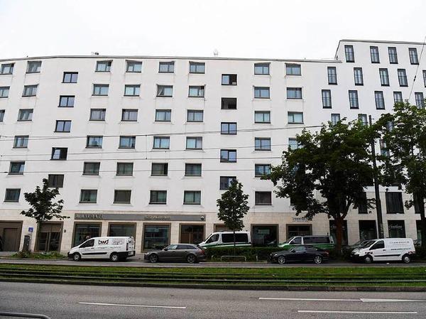 Die Polizei sichert am Samstag Beweise aus diesem Gebäude an der Dachauer Straße.