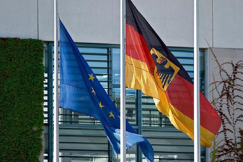 Am Kanzleramt in  Berlin hängen die Flaggen am Tag nach der Schießerei mit 10 Toten auf Halbmast. (Foto: dpa)