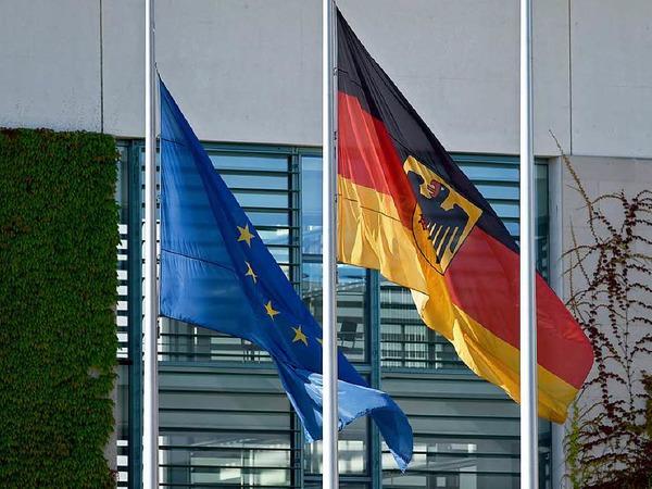 Am Kanzleramt in  Berlin hängen die Flaggen am Tag nach der Schießerei mit 10 Toten auf Halbmast.