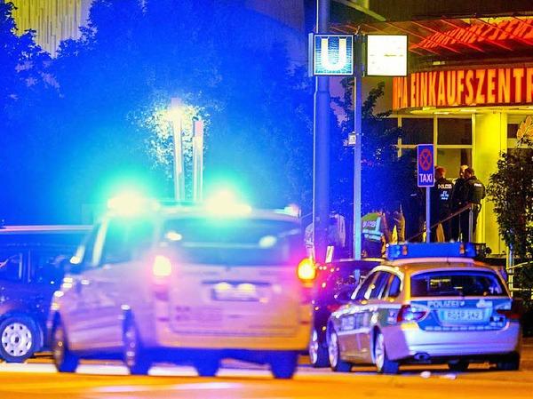 Freitag: Ein Einsatzfahrzeug eilt zum Ort des Geschehens
