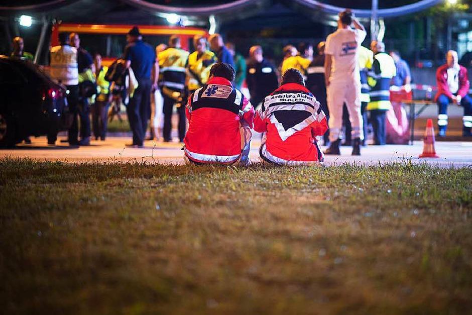 Freitag: Rettungskräfte in der Nähe des Olympia-Einkaufszentrums (Foto: dpa)