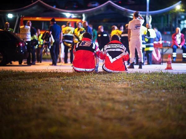 Freitag: Rettungskräfte in der Nähe des Olympia-Einkaufszentrums