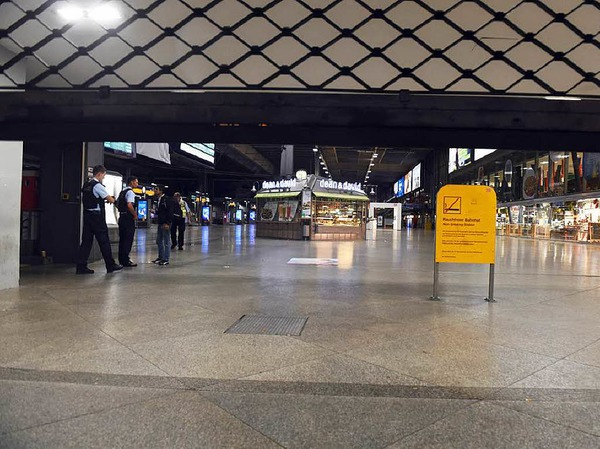 Freitag: Der Münchener Hauptbahnhof ist fast völlig geräumt.