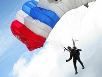 Fallschirmspringer st�rzt nach Defekt ab - verletzt