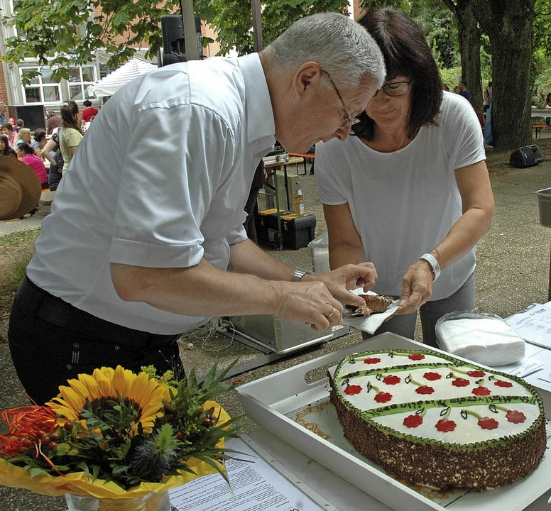 Wer  spendete, bekam ein Stück Kuchen vom OB.  | Foto: Regine Ounas-Kräusel