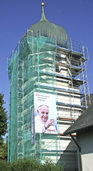 Der Papst l�chelt vom Kirchturm