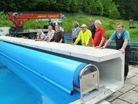 Wie ein Freibad mit einer Folie hunderte Liter Heiz�l spart