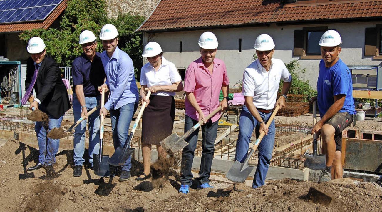 Erster Spatenstich: Oberbürgermeister ...ünther Weber (von links nach rechts).     Foto: Christian Ringwald