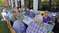 Senioren genie�en einen gem�tlichen Grillabend