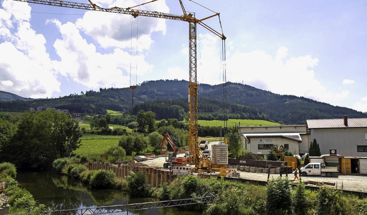 Der Brückenbau an der Elz signalisiert...rangeht mit der Ortsumfahrung Winden.   | Foto: Daniel Fleig