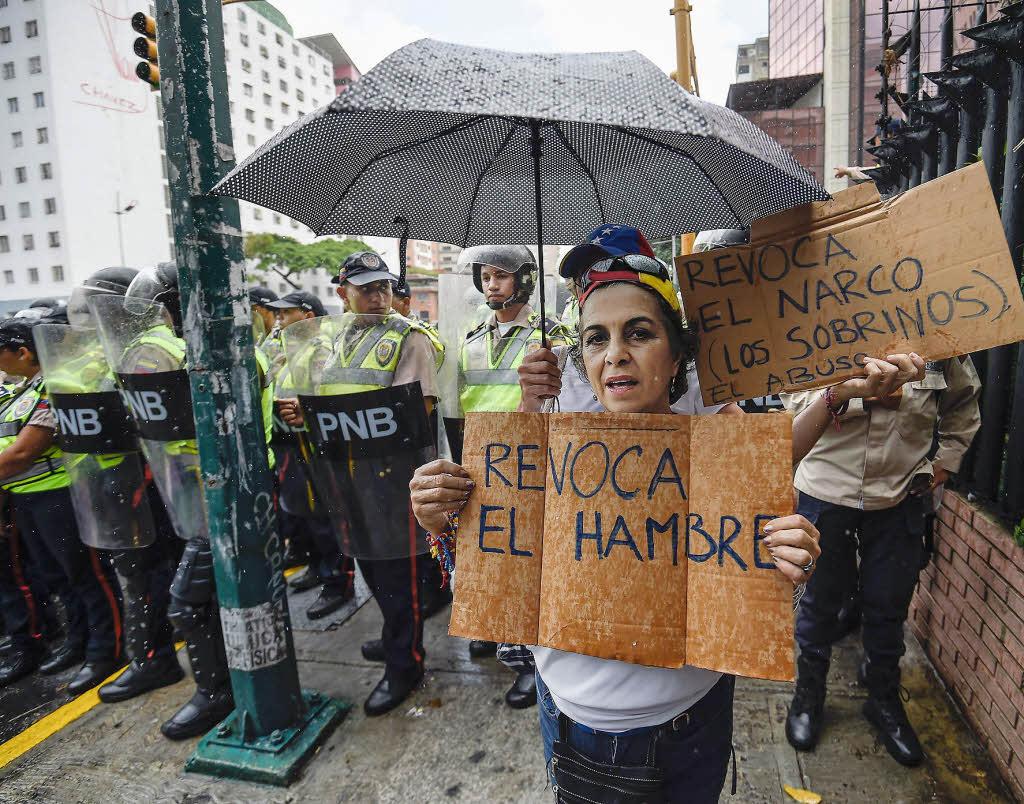 breite bev lkerungsschichten k mpfen in venezuela ums berleben ausland badische zeitung. Black Bedroom Furniture Sets. Home Design Ideas