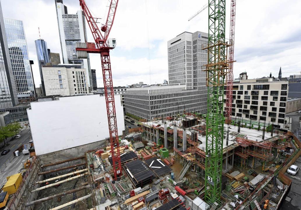 Weite Teile von Frankfurt sind –...Bankenviertel – eine Baustelle.   | Foto: dpa