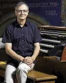 Matthias Degott musiziert in der Stadtkirche an der historischen Schwarz-Oergel
