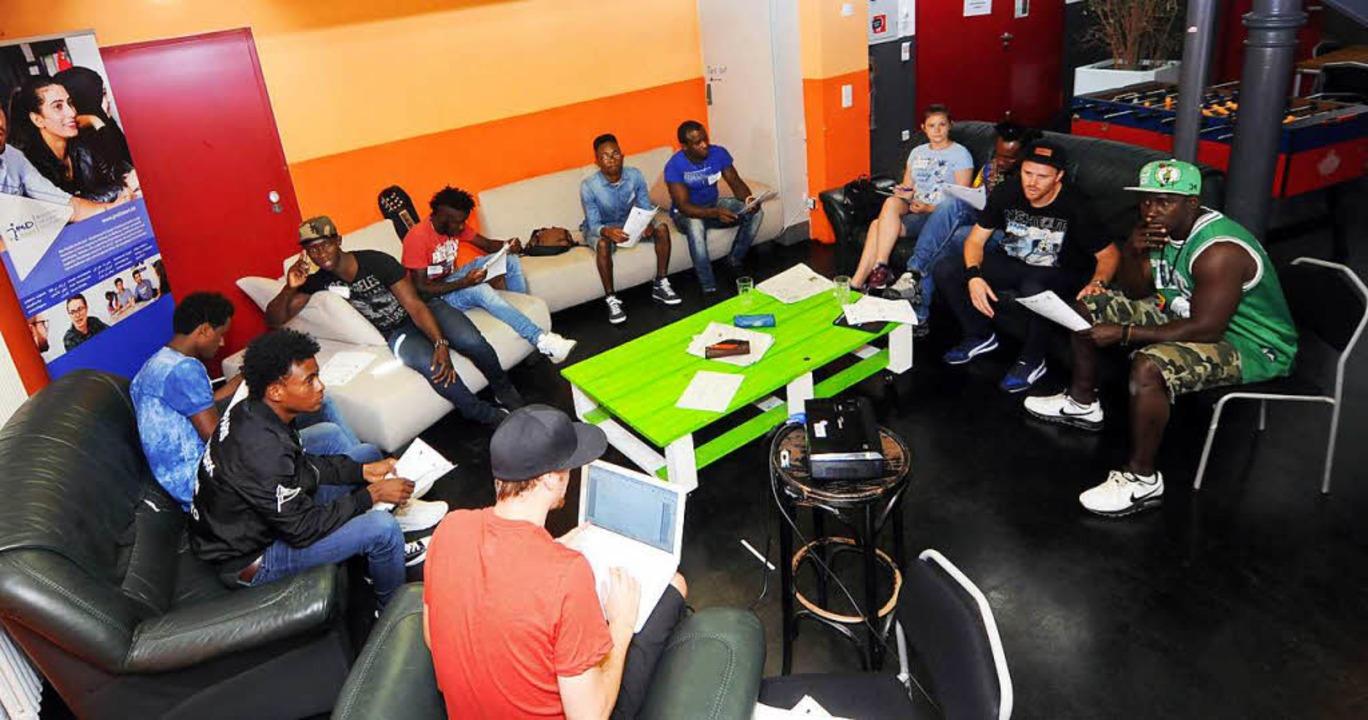 Beim Rap-Workshop geht es erst einmal um die Theorie.  | Foto: WOLFGANG KUENSTLE