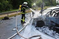 Auto brennt auf B 31 a – Feuerwehr muss l�schen