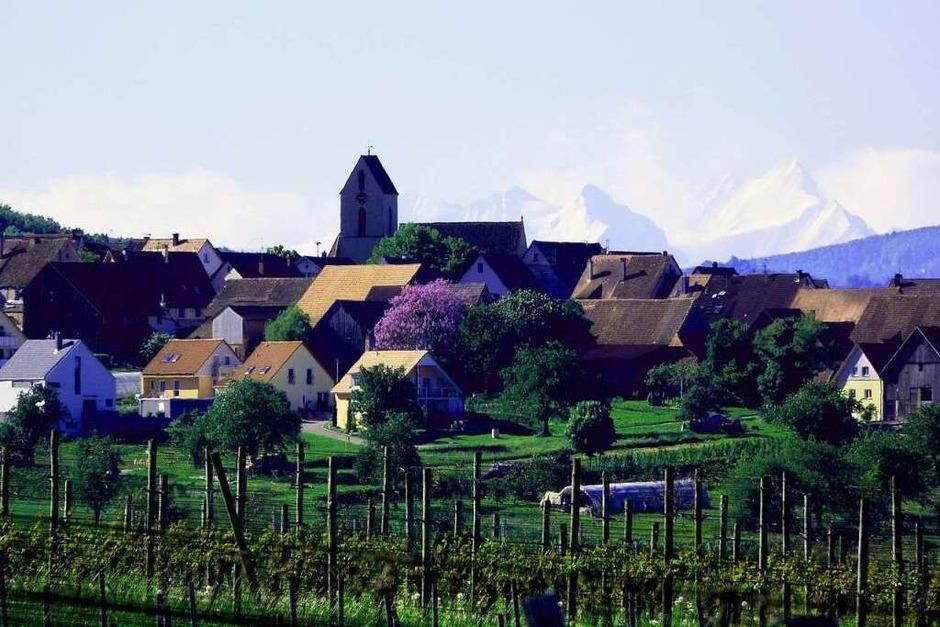 """Dieter Rösch: """"Ötlingen in den Alpen? Aufgenommen  bei Föhnlage mit einem 600er Teleobjektiv. Zu sehen ist in der Ferne von links das Wetterhorn (3692m) und das Schreckhorn (4078m) im Berner Oberland. (Foto: Dieter Rösch)"""