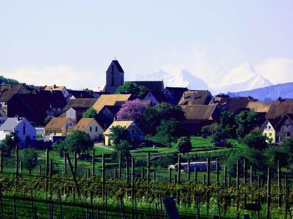 """Dieter Rösch: """"Ötlingen in den Alpen? Aufgenommen  bei Föhnlage mit einem 600er Teleobjektiv. Zu sehen ist in der Ferne von links das Wetterhorn (3692m) und das Schreckhorn (4078m) im Berner Oberland."""