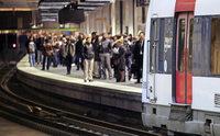 In der Pariser S-Bahnlinie B treffen Gesch�ftsleute auf Touristen und Vorstadtbewohner