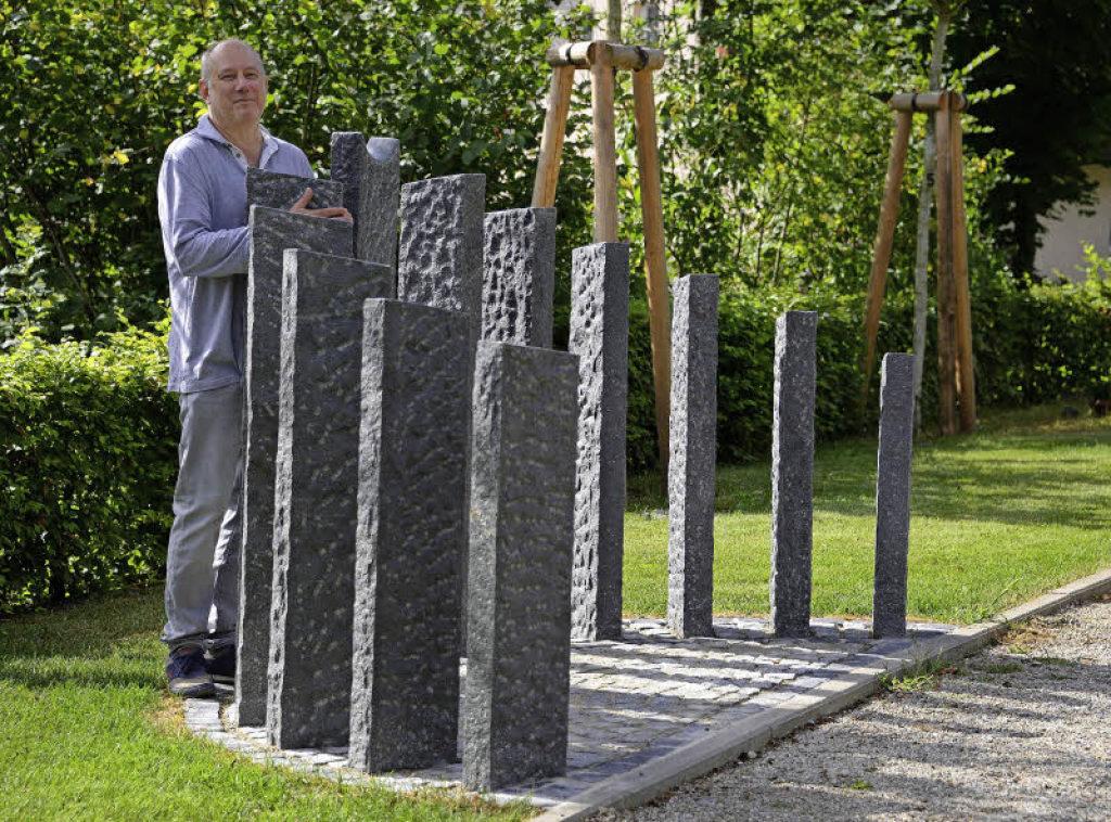 Der Bildhauer Ulrich Glatz und das von ihm entwickelte Arrangement der Stelen. Foto: Rita Eggstein