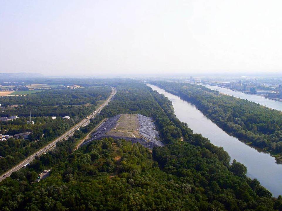 Zwischen Autobahn und Rhein: die Mülldeponie Neuenburg   | Foto: BZ