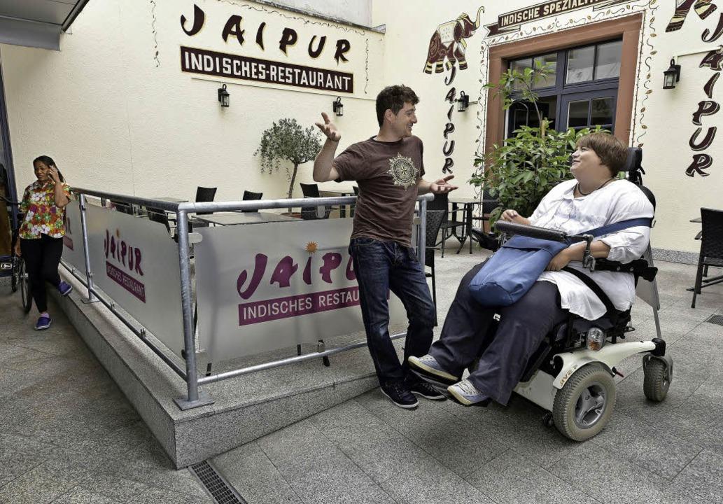 Die Behindertenbeauftragte Sarah Baumg...ts) und Edo Medicks vom Hummus-Imbiss   | Foto: Thomas Kunz