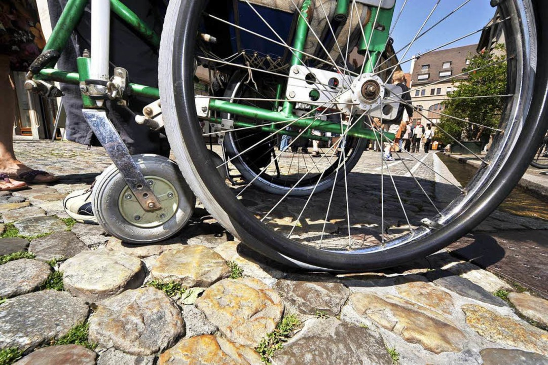 Das Kopfsteinpflaster in Freiburg mach...chen und Rollstuhlfahrern zu schaffen.  | Foto: Thomas Kunz
