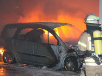 Mehrere Autos und einen Reisebus in Villingen angez�ndet - zwei Verletzte