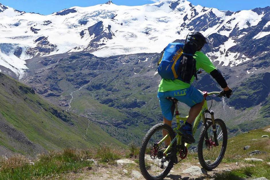 Mal in hochalpinem Gelände, mal über saftige Wiesen – Mountainbiken im Alta Rezia ist anspruchsvoll und vielseitig zugleich. (Foto: Stefan Zahler)