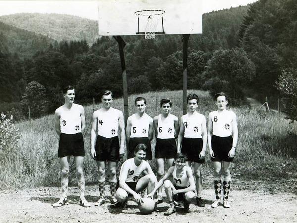 """1956, die Anfänge des Basketballs in Freiburg. Für die Mannschaft des CVJM/EK-Freiburg war damals der Freiplatz auf der """"Lochmatte"""" in Zähringen die einzige Trainingsmöglichkeit."""