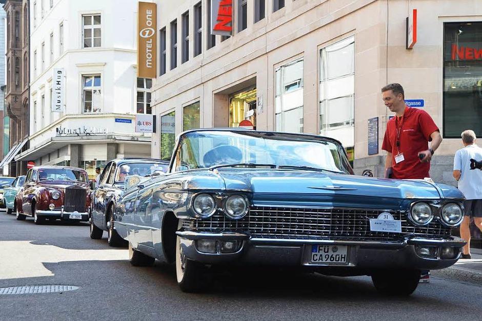 Staunende Blicke der Besucher zogen die Oldtimer am Mittwochnachmittag in der Freien Straße in Basel auf sich. (Foto: Mark Alexander)