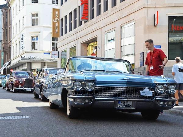 Staunende Blicke der Besucher zogen die Oldtimer am Mittwochnachmittag in der Freien Straße in Basel auf sich.