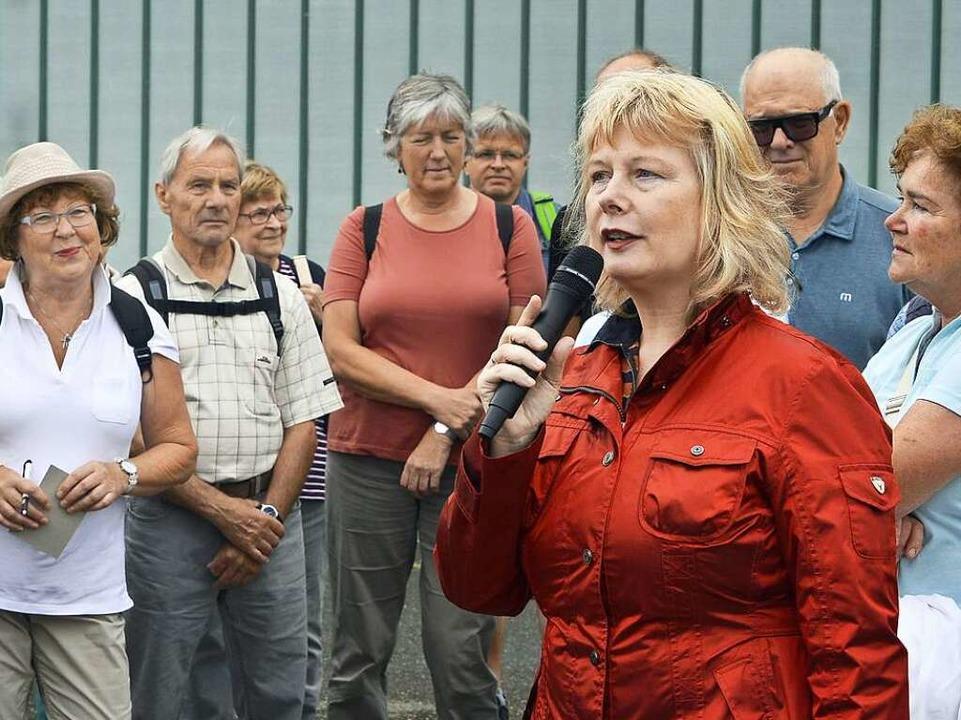 Carola Schark führte kenntnisreich und...chte Freiburgs und über den Flugplatz.  | Foto: Michael Bamberger