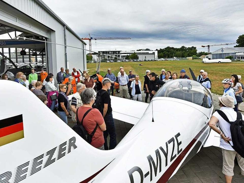 "Das  Ultraleichtflugzeug ""Breezer"" vor dem Hangar der Flugschule  | Foto: Michael Bamberger"