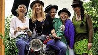 Gr�ppchen Unentwegte und Frauenfolkband Miss Moneypenny in G�ndelwangen (Bonndorf).