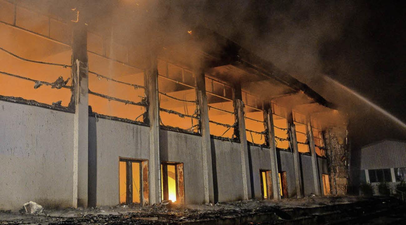 Brandstiftung: Am 25. August 2015 stan...nge sollten dort untergebracht werden.  | Foto: dpa
