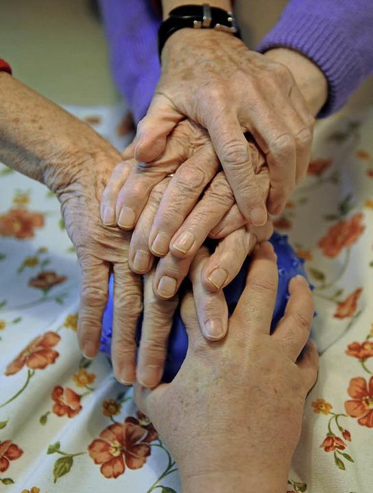 Bei der Demenzbetreuung zusammenarbeiten   | Foto: Nikola Vogt/DPA