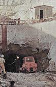 Tonnen von Gestein f�r ein Becken