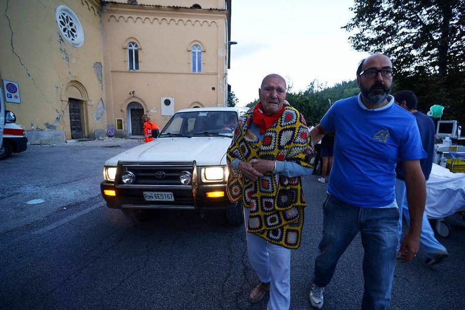 Menschen unter Trümmern, eingestürzte Häuser: Ein schweres Erdbeben in Italien lässt Schlimmes befürchten. <?ZE?> (Foto: AFP)