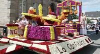 Großer Blüten-- und Zuckerwagenkorso am Sonntag