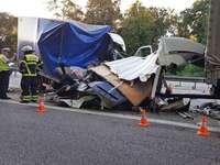 Fahrer eines Kleintransporters stirbt bei Unfall auf der A5 – Behinderung durch zu kleine Rettungsgasse