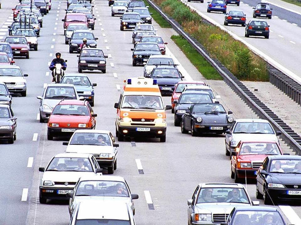Auf mehrspurigen Straßen muss für Eins...ngsgasse in der Mitte gebildet werden.  | Foto: ADAC