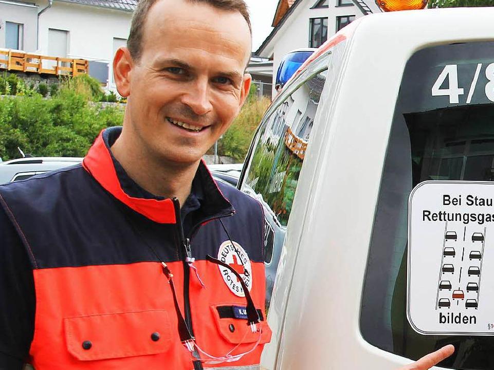 Kai Ullwer, DRK Müllheim vor einem sei...Rettungsgassen erinnert werden sollen.  | Foto: Alexander Huber